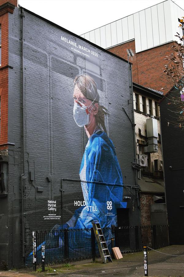 Symbolbild: Street-Art-Porträt einer Krankenschwester mit Maske an einer Hauswand in Manchester. Der gemeinnützige Sektor in Großbritannien wird durch die Krise doppelt belastet. Foto: Matthew Waring, unsplash.com
