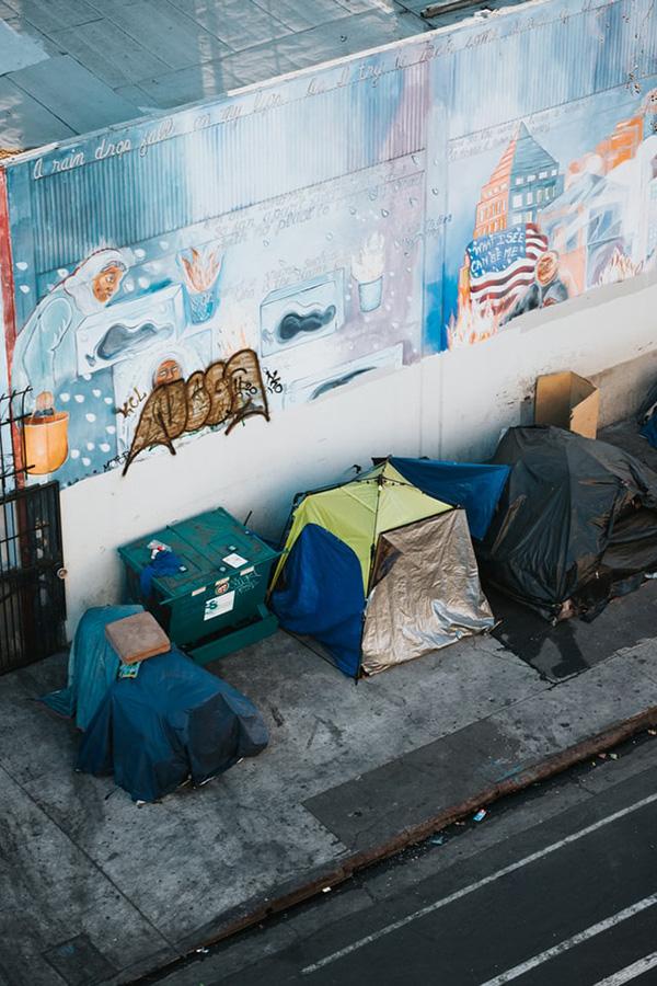 Symbolbild: Zelte von obdachlosen Menschen in Los Angeles. Stiftungen in Nordamerika unterstützten Obdachlose schon früh in der Corona-Pandemie. Foto: Nathan Dumlao, unsplash.com
